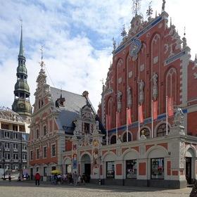Дом Черноголовых и башня церкви Святого Петра в Риге